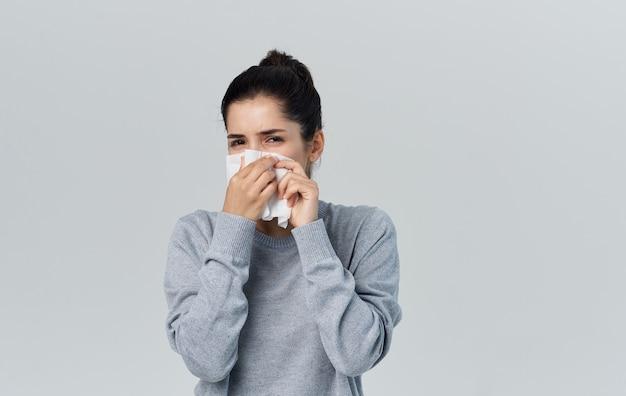 Femme de nez qui coule avec des problèmes de santé de serviette vue recadrée. photo de haute qualité
