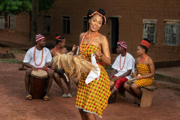 Femme nigériane de coup moyen dansant