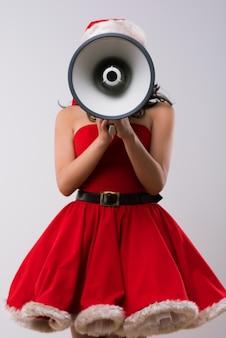 Femme de noël avec un mégaphone