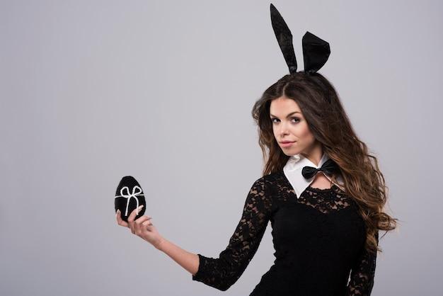 Femme en noir et blanc et le même œuf de pâques
