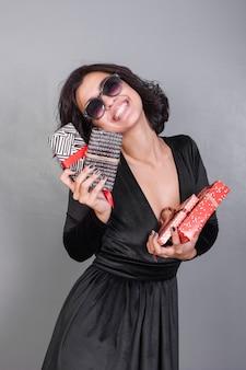 Femme en noir avec des coffrets cadeaux