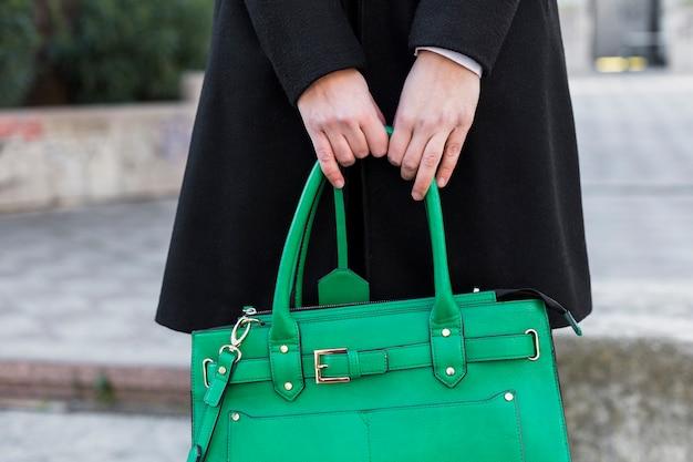 Femme, noir, tenue, sac, mains