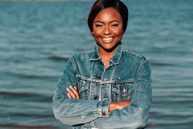 Femme noire avec bras croisés