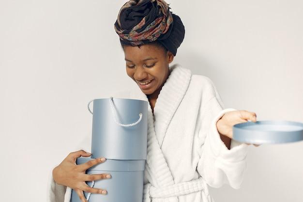Femme noire avec des cadeaux