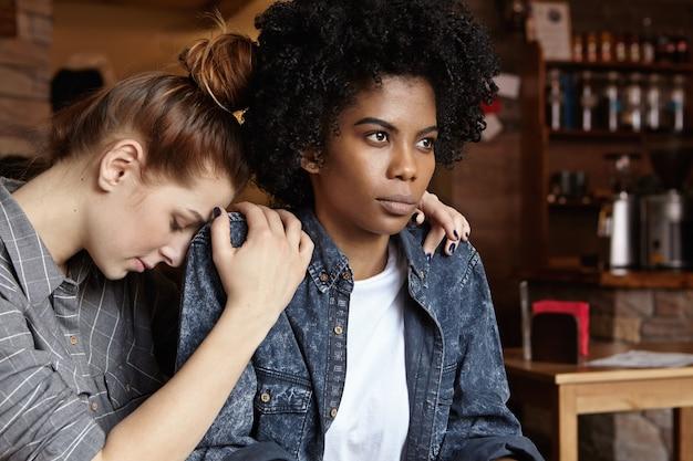 Femme noire en colère folle vêtue d'une veste en jean boudant, ignorant les excuses