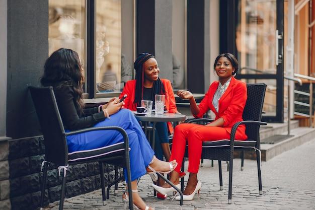 Femme noire dans une ville