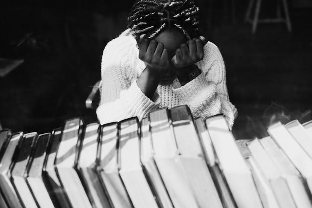 Femme noire avec émotion déprimée