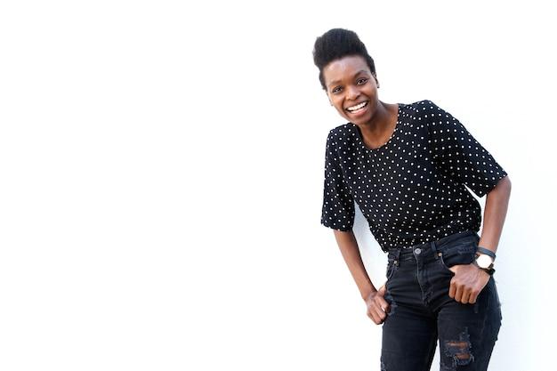 Femme noire joyeuse debout sur fond blanc