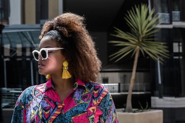 Femme noire à la mode en tenue colorée