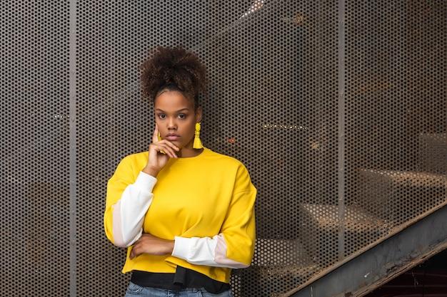 Femme noire à la mode en tenue lumineuse