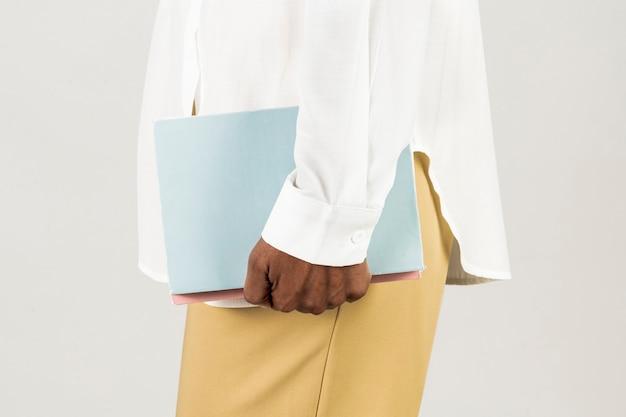 Femme noire tenant des livres dans sa main