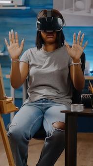 Femme noire avec une vision artistique utilisant des lunettes vr pour s'inspirer