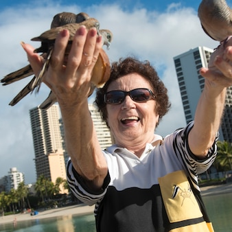 Femme nourrissant des pigeons, waikiki, diamond head, kapahulu, honolulu, oahu, hawaï, états-unis