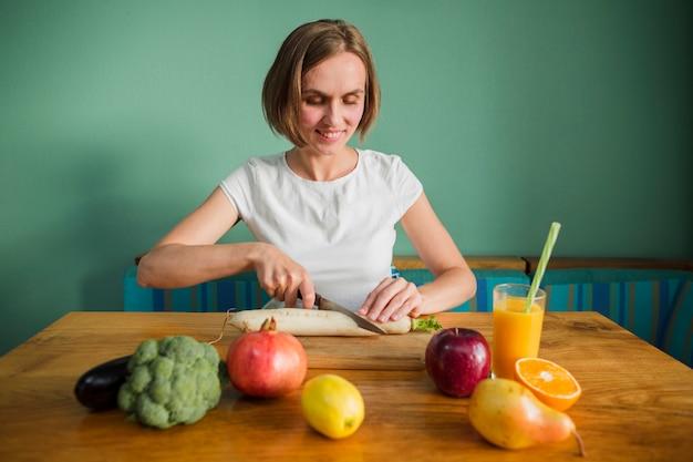 Femme avec nourriture