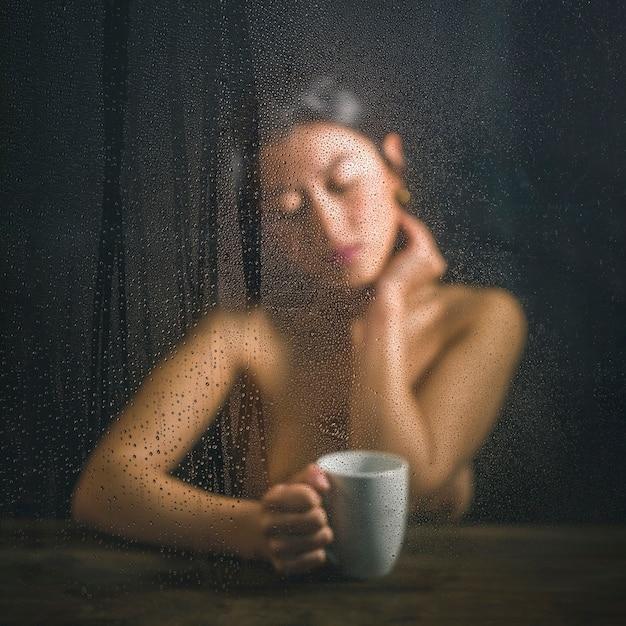 Femme nue, poser, à, tasse