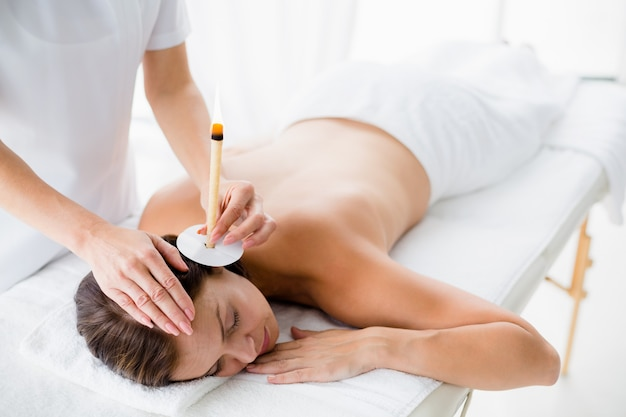 Femme nue, réception, oreille, bougie, traitement, masseur