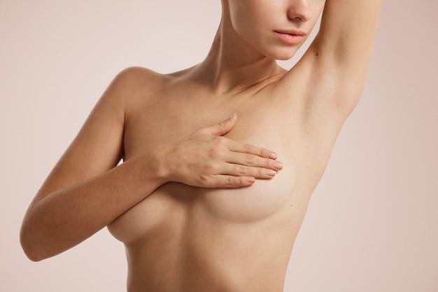 Femme nue se couvrant