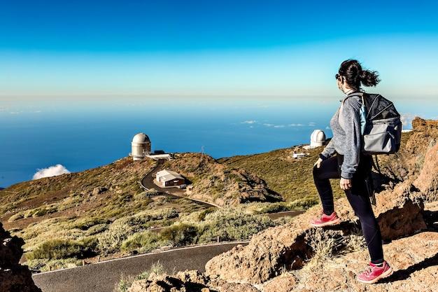 Femme observant du dessus du centre de recherche astrophysique de la palma situé dans les îles canaries