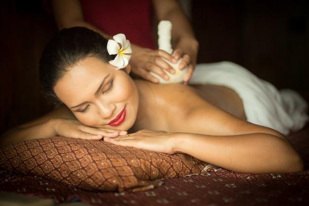 Femme obtenant un massage d'une autre personne
