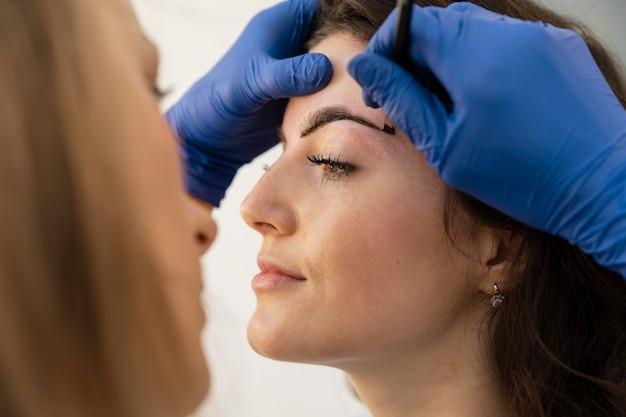 Femme obtenant un traitement des sourcils
