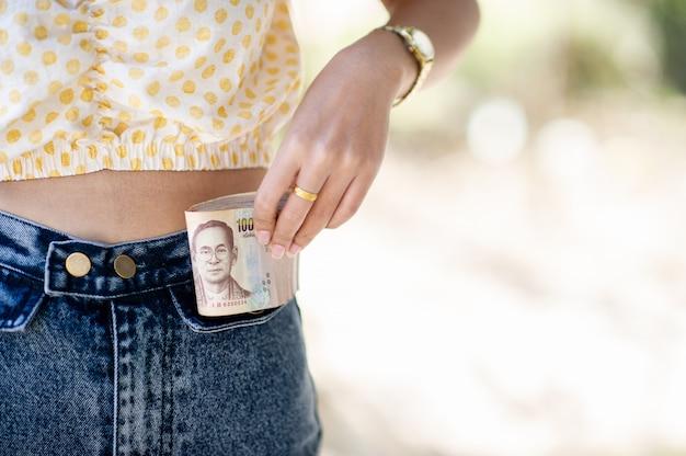 Femme, obtenir, argent, poche