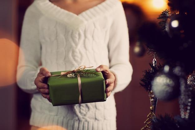 Femme, obtenir, cadeau noël