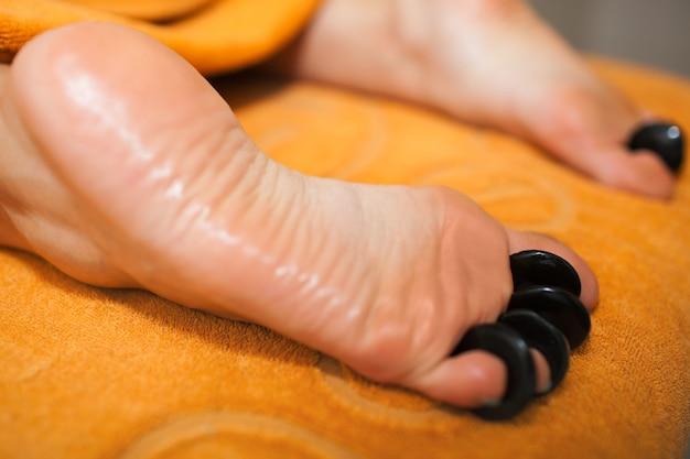 Femme, obtenir, chaud, pierre, massage, sur, pieds