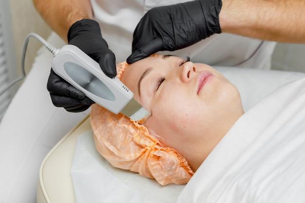 Femme, obtenir, échographie, cavitation, traitement visage, dans, salon spa