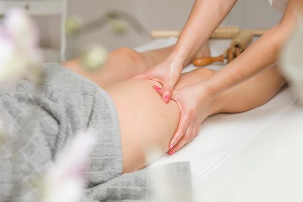 Femme, obtenir, massage jambes, dans, spa, centre
