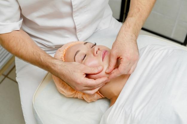 Femme, obtenir, massage visage