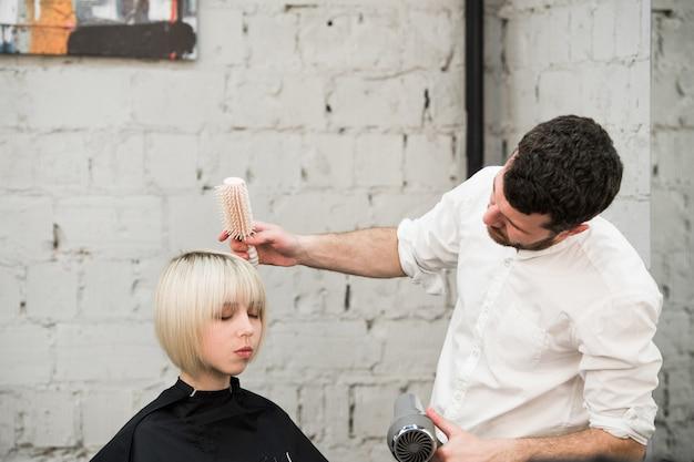 Femme, obtenir, nouveau, coiffure, salon