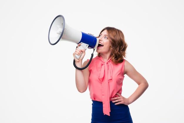 Femme occasionnelle hurlant dans le haut-parleur