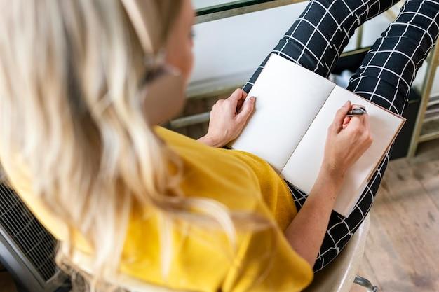Femme occasionnelle planifiant un projet dans un bureau
