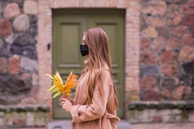 Femme occasionnelle portant un masque protecteur