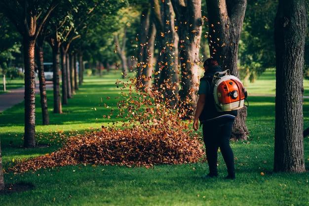 Une femme opérant un souffleur de feuilles robuste