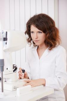 Femme ophtalmologiste travaillant