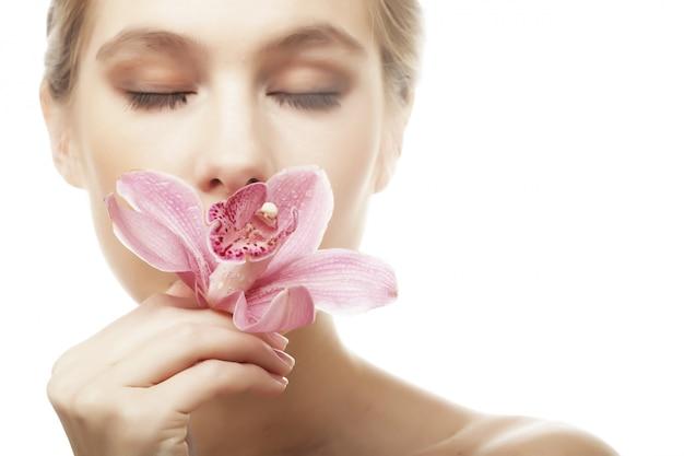 Femme avec orchidée rose
