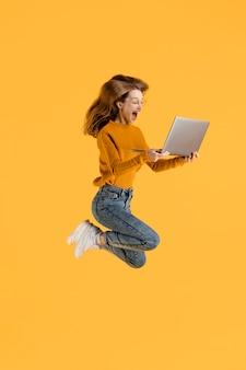 Femme, à, ordinateur portable, sauter