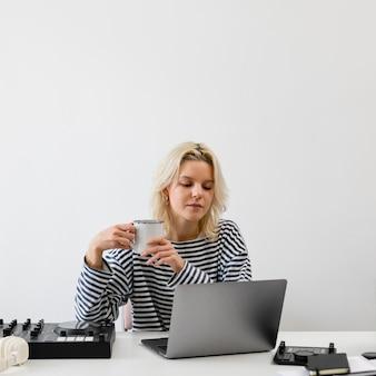 Femme avec ordinateur portable travaillant à domicile