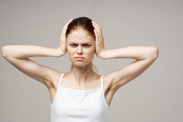 Femme oreille douleur otite médias problèmes de santé infection fond clair