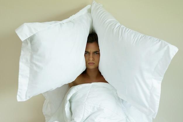 Femme, oreillers, tête