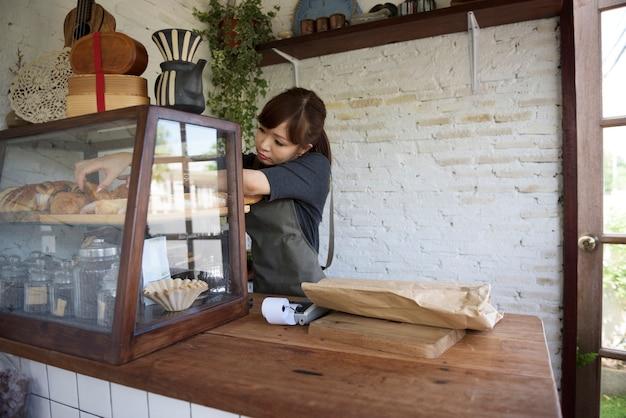 Femme organisant des affaires dans sa boutique