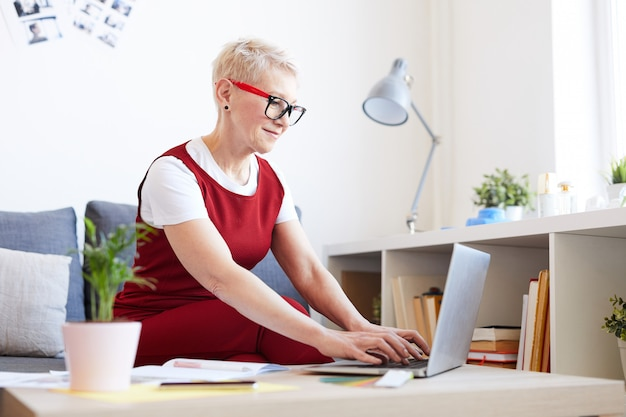 Femme organisant le travail