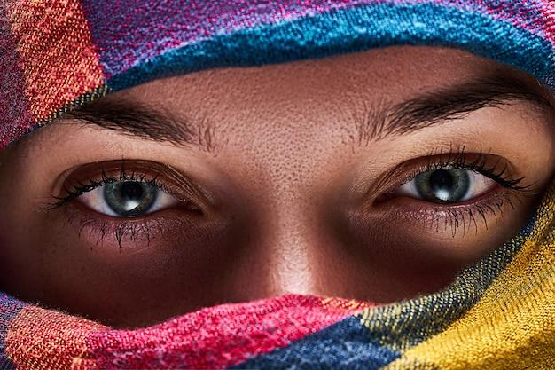 Femme orientale aux yeux plissés