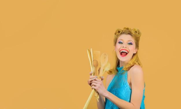 Femme avec des outils de cuisine pin-up cuillère en bois avec des ustensiles de cuisine femme au foyer cuisine dans la cuisine