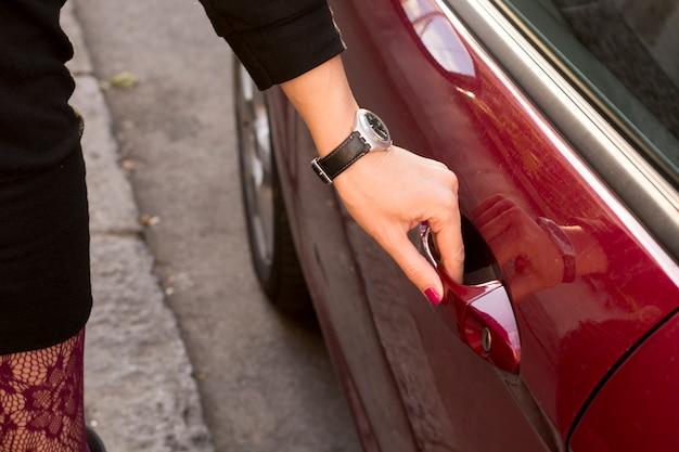Femme ouvrant sa voiture