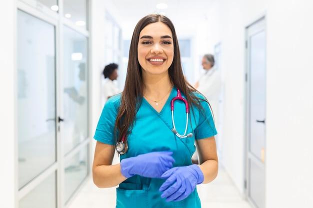Femme, ouvrier hôpital, regarder appareil-photo, et, sourire