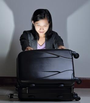 Femme ouvrir les bagages avec quelque chose de léger