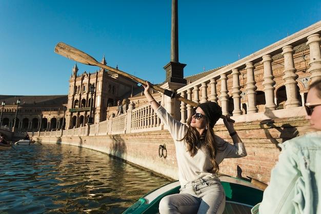 Femme avec pagaie sur le bateau