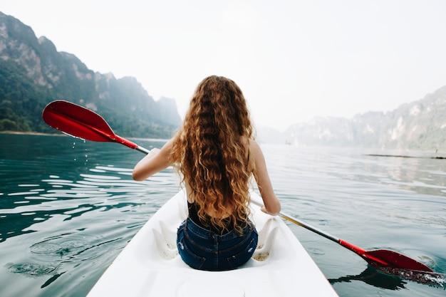 Femme pagayant dans un canoë dans un parc national